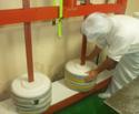 チーズ作りの工程5:圧搾